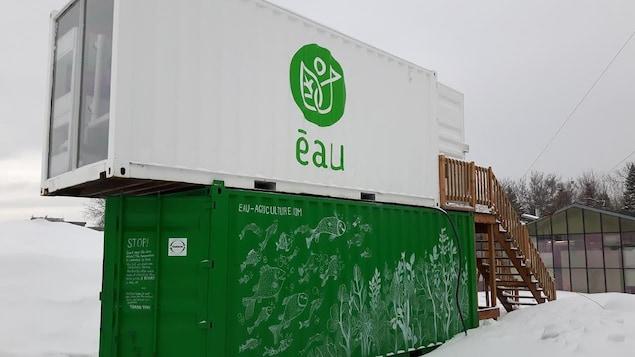 La ferme aquaponique est constitutée de deux conteneurs recyclés superposés