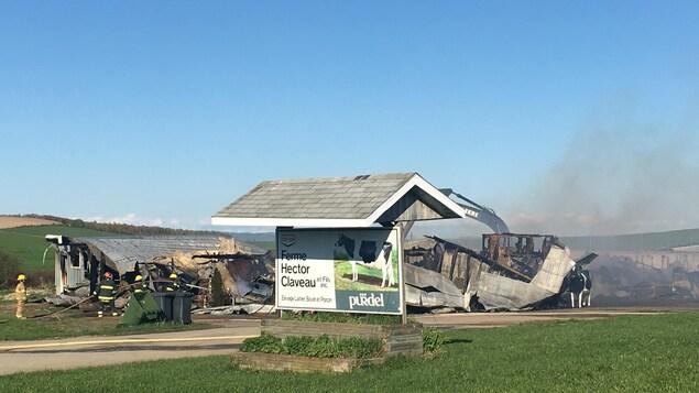 Décombres d'une ferme laitière après un incendie