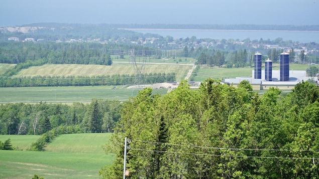 Vue d'ensemble de la ferme avec Rimouski en arrière-plan.
