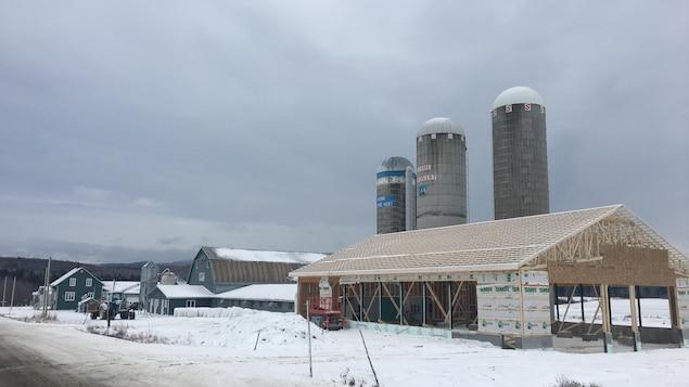 Le bâtiment de ferme en construction où s'est produit l'accident