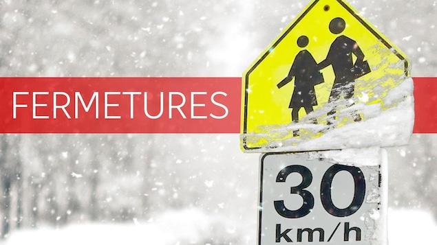 Une image affichant une signalisation routière avec de la neige.