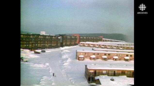 Mur-écran de la ville de Fermont et autres résidences en hiver.
