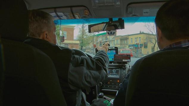 Le chauffeur de taxi Fernand Pouliot en train de conduire sa voiture