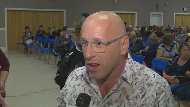 Fernand Thibodeau est en entrevue avec un journaliste.