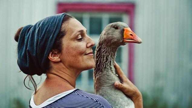Fernande Ouellet avec une oie dans les bras