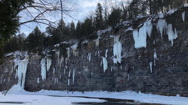 Des grimpeurs s'amusent sur les parois glacées de l'Île aux Raisins.