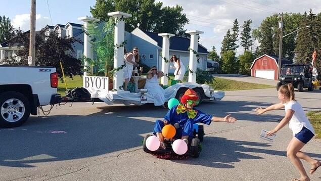 Des personnes défilent sur des chars pendant un festival.