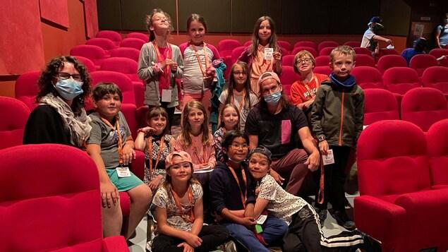 Des élèves et leurs enseignants dans l'allée du cinéma.