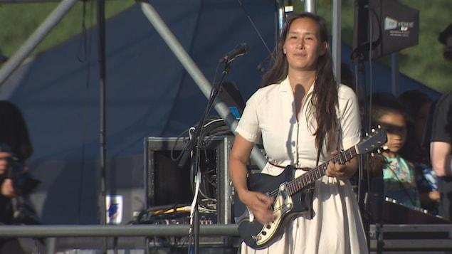 La musicienne Nive Nielse joue la guitare sur la scène principale du festival de folk de Vancouver