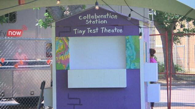 Un théâtre miniature portant l'inscription«Tiny Test Theatre».