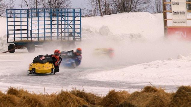 Une compétition de motoneige sur le lac Saint-Jean.