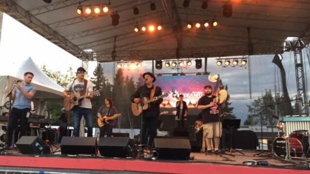 Nikamu mamuitun sur la scène du Festival Innu Nikamu à Mani-Utenam.