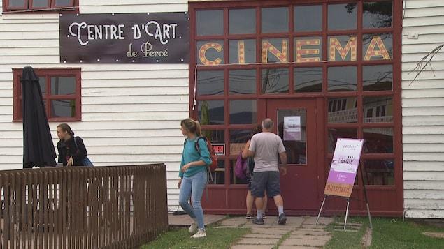 Des gens se rendant au centre d'art voir des films.