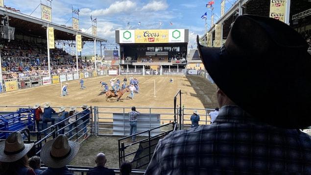 Un spectateur observe un rodéo aux Grandes Estrades Coors Original.