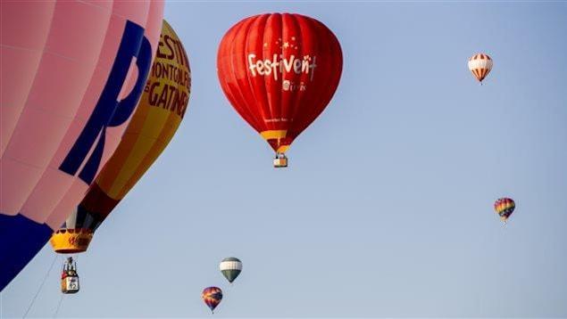 Des montgolfières après le décollage à Lévis.