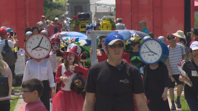 Une foule de gens, dont plusieurs portes des costumes.