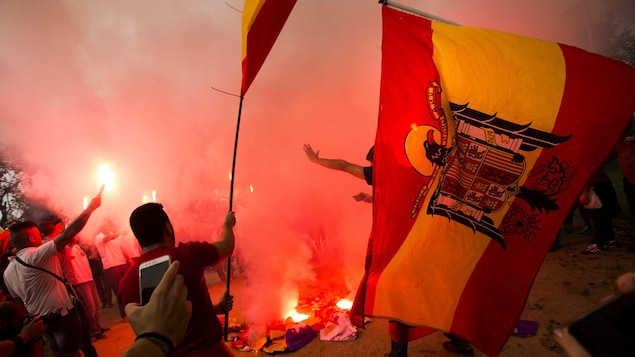 Des militants d'extrême droite ont brûlé le drapeau catalan à l'occasion de la fête nationale d'Espagne, le 12 octobre 2017.
