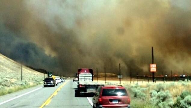 Des conducteurs face à la fumée dégagée par l'incendie de forêt près d'Ashcroft
