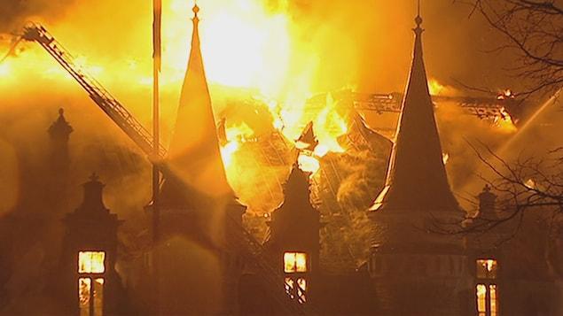 Incendie au manège militaire des Voltigeurs à Québec (4 avril 2008)