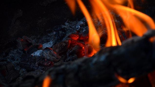 Un feu de camp dans le Nord de l'Alberta.