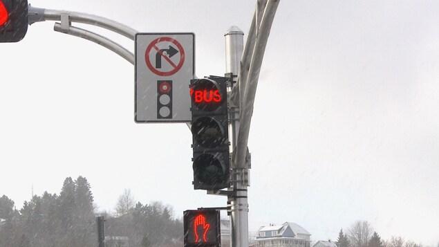 Le feu de circulation destiné aux autobus
