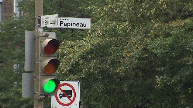 Un feu vert à l'intersection du boulevard Saint-Joseph et de l'avenue Papineau, sur le Plateau-Mont-Royal