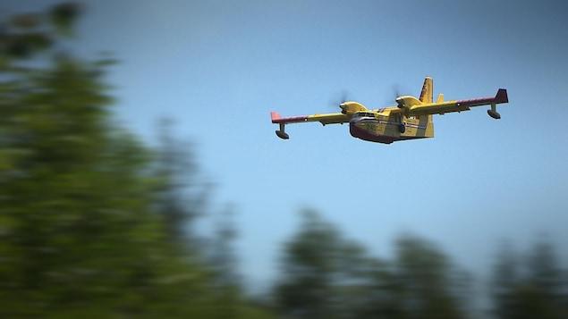 Un avion-citerne qui combat les incendies de forêt photographié en vol.