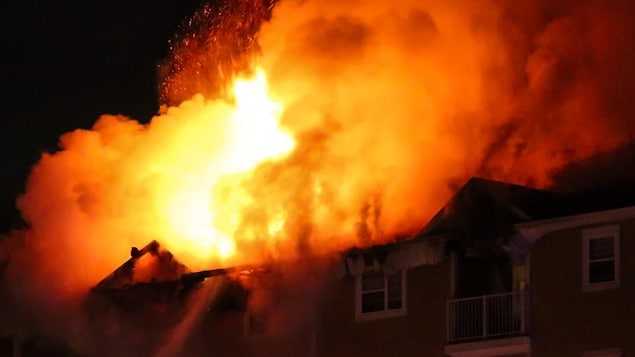 Le feu s'est déclaré au dernier étage, selon les pompiers.