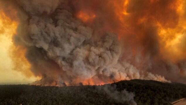 De la fumée s'échappe pendant les feux de forêt à Bairnsdale, Victoria, en Australie, le 30 décembre 2019.