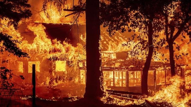 Une maison engloutie par les flammes.