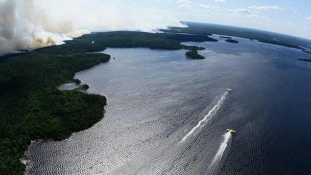 Des avions-citernes se ravitaillent en eau dans un lac.