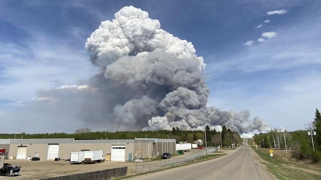 La fumée montant d'un feu de forêt en bordure de Prince Albert, en Saskatchewan, le 17 mai 2021.