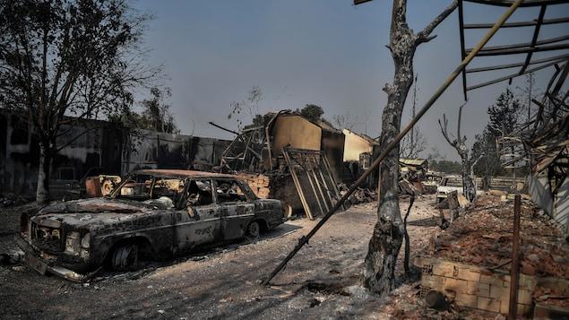 Des carcasses de voitures et de maisons brûlées, le 4 août 2021.