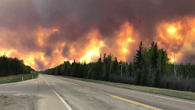 La fumée d'un important feu de forêt masquant le ciel près de High Level au nord-ouest de l'Alberta.