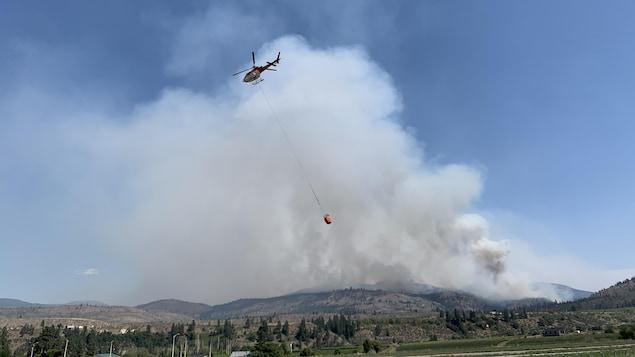 مروحيّة  تكافح حريق غابات.