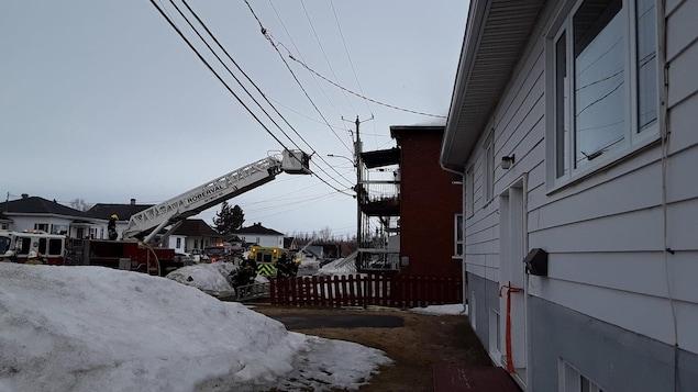 Des pompiers tentent d'éteindre un incendie.