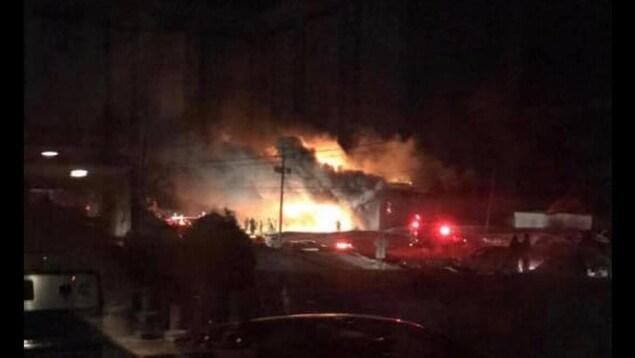 Un entrepôt est la proie de flammes