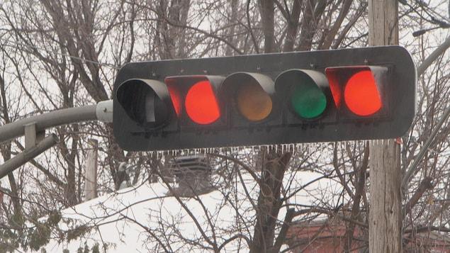 Gros plan d'un feu de circulation au rouge.