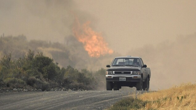 L'incendie, de petite taille, brûle à travers les collines broussailleuses.