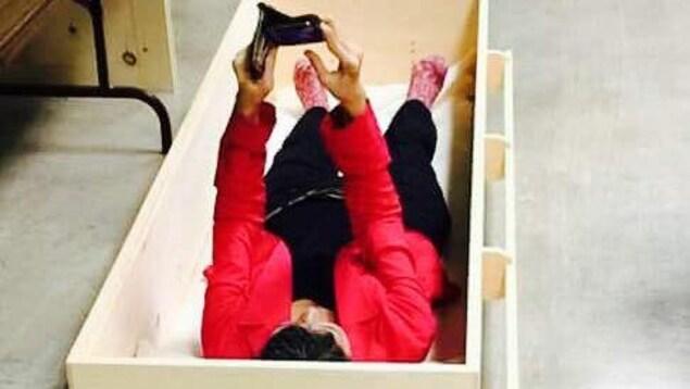Denise LeBlanc dans un cercueil en bois