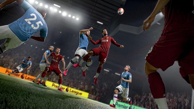 Capture d'écran du jeu vidéo de soccer FIFA 21. Deux joueurs tentent de donner un coup de tête sur le ballon.