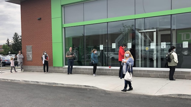 File d'attente devant un commerce de Longueuil.