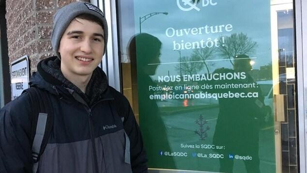 Zachary Nicole, 18 ans, est le premier dans la file d'attente devant la succursale de la Société québécoise du cannabis (SQDC) de Québec.