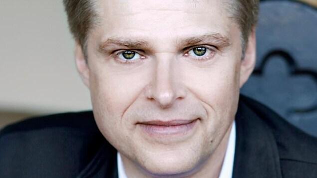 Réal Bossé est le concepteur de File d'attente. Homme blond, fin quarantaine.