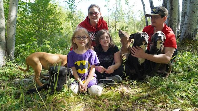 La famille réunie autour des chiens.
