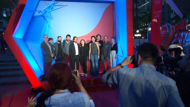 Les comédiens et l'équipe sur le tapis rouge