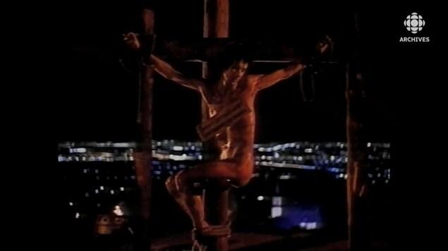 Scène du film dans laquelle le personnage de Lothaire Bluteau est crucifié sur le mont Royal.