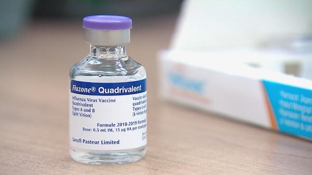 Une fiole de vaccin sur une table.