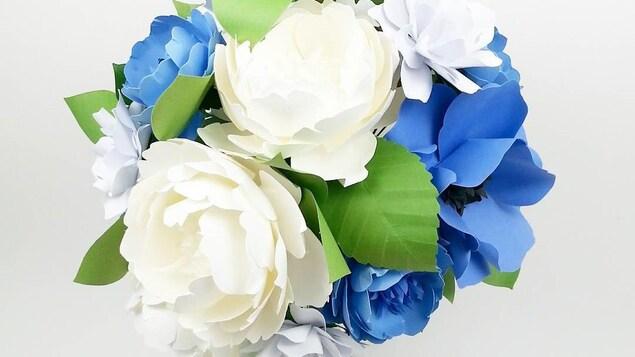 Des fleurs en papier blanches et bleues