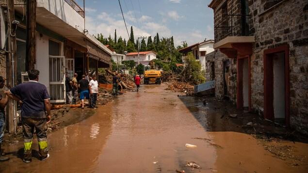 Une rue de Poitika complètement couverte de boue.